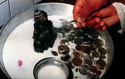 Le miracle du lait bu par Shri Ganesha et d'autres Divinités filmé voir vidéo ....... Mirgan
